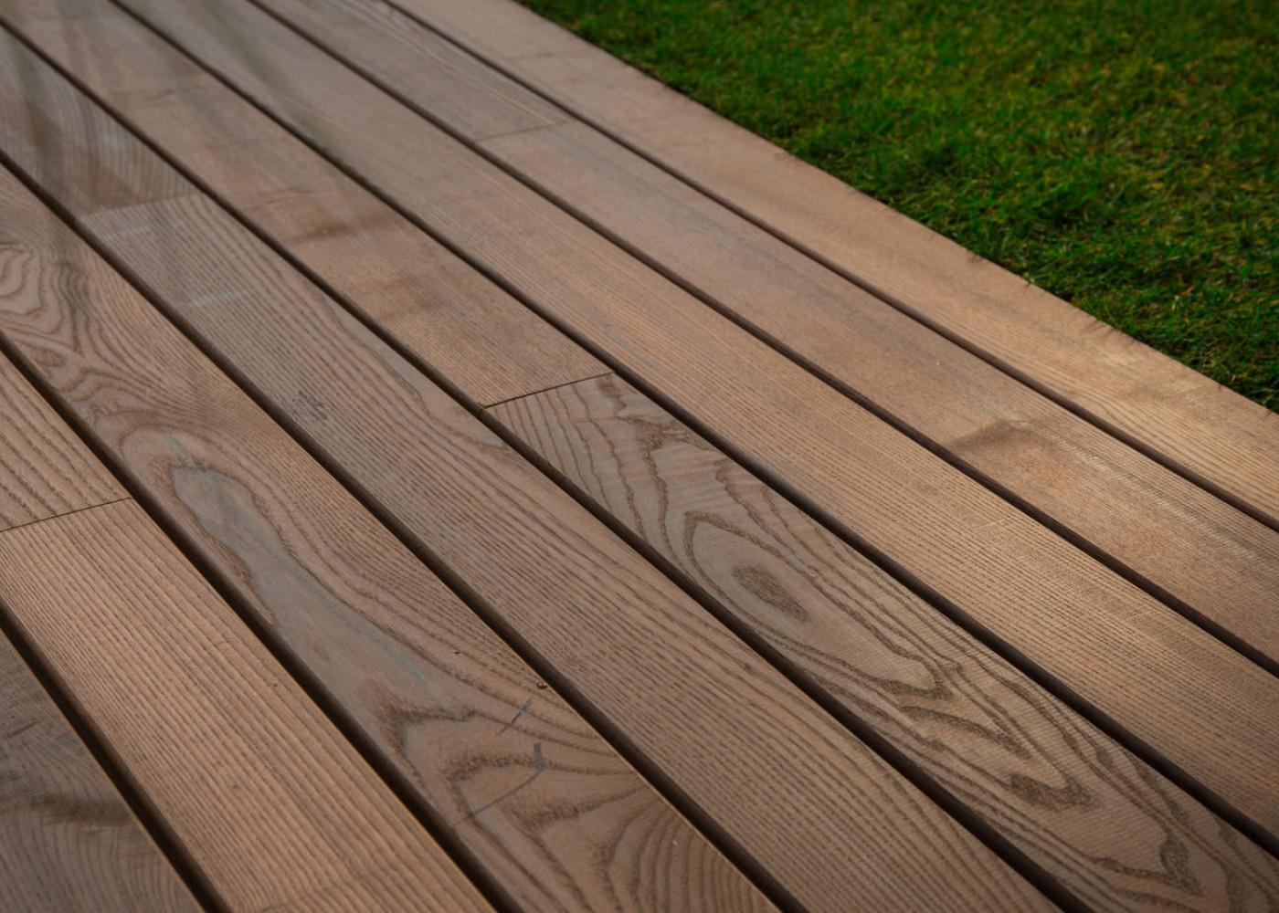 Lames De Terrasse Bois lame de terrasse en frêne thermo-traité / thermo-chauffé double peigne  21x142mm prix au m² - sud bois : terrasse, bois direct scierie